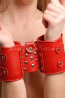 Красные широкие манжеты из натуральной кожи